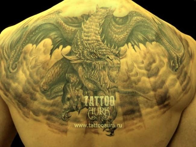 Большой дракон в полете на спину как в кино тату.